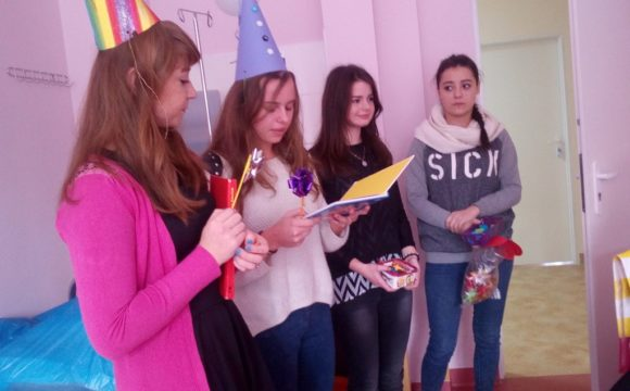 Licealiści czytają dzieciom