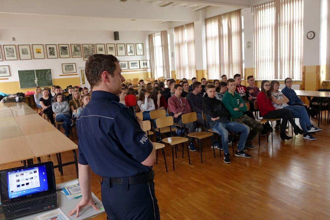 Spotkanie z policjantem młodzieży internatu