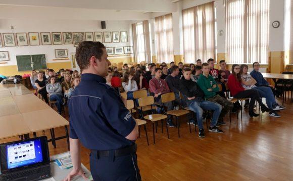 Spotkanie zpolicjantem młodzieży internatu