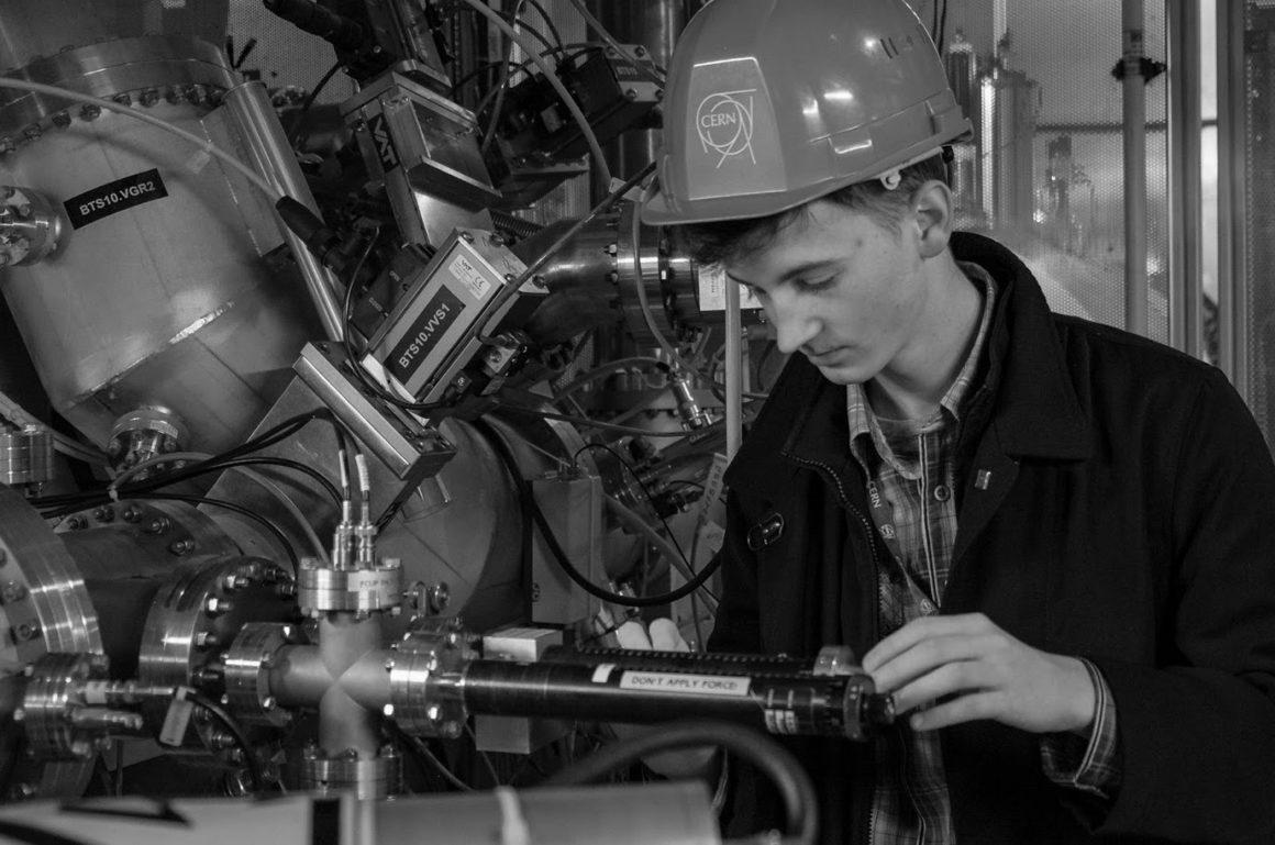 Uczeń Tomasz Wojnar odbył praktyki w Naukowym Ośrodku Badań Jądrowych CERN pod Genewą