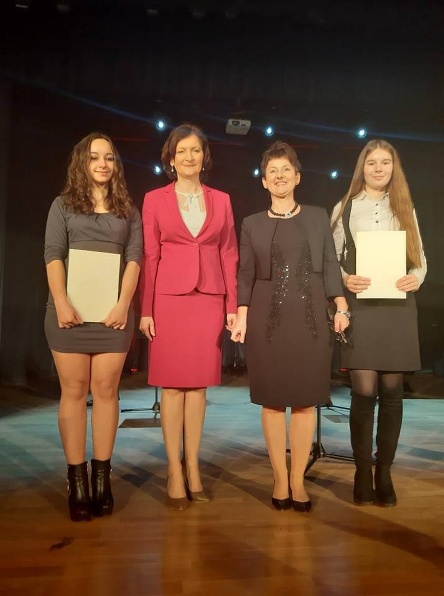 Stypendystki Prezesa Rady Ministrów Izabela Dec kl. 4TE i Nina Siry kl. 3i