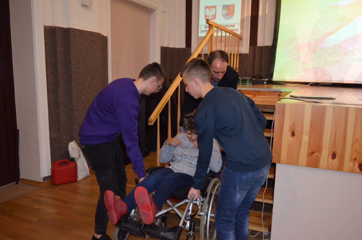 Szkolne Koło Wolontariatu pomaga osobom z niepełnosprawnością