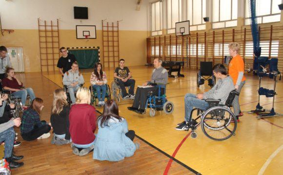 Pomagamy osobom niepełnosprawnym – szkolenie klas wojskowych